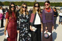 As Gallerist Sisters Amanda Cassou, Fernanda Cassou, Carol Cassou e Mari Cassou antes do desfile de Elie Saab na PFW.