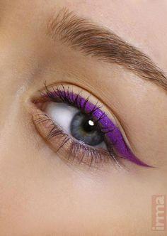 Purple eyeliner #HowToCleanMakeupBrushes Lila Eyeliner, Purple Eyeliner, How To Apply Eyeliner, No Eyeliner Makeup, Winged Eyeliner, Eyeshadow, Color Eyeliner, Purple Makeup, Purple Cat
