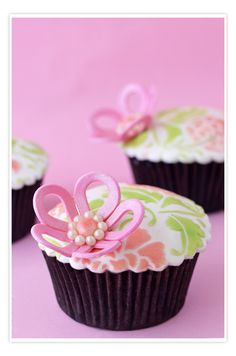 Pretty fondant-covered cupckake (Cupcakes a diario). Really like the flower.