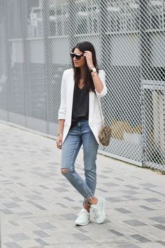 Blazer blanca para todos tus looks. White blazer+balck top+distressed jeans+whites sneakers+printed shoulder bag+necklaces+sunglassse. Spring Casual Outfit 2017
