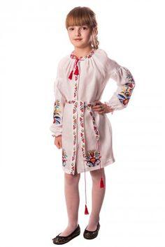 2a11d0d84f4836 Біла лляна сукня з вишитими гладдю квітами в українському стилі. На талії  пасок, декольте