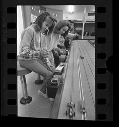 Back in old manual/spring loaded pinball machine days, kids went to 'slot-car' race track arcades. Slot Car Race Track, Ho Slot Cars, Slot Car Racing, Slot Car Tracks, Race Cars, Model Cars Kits, Kit Cars, Car Kits, Vintage Models