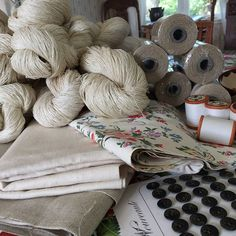 #fleemarkets in #småland #ftw! Went to a barn that sold out an old stock from a countryside store. Found weaving yarn, fabric, buttons, sewing thread. And 6 unfolded linen towels. It might be so that the linen/flax is actually #handspun 🤔👌🏻😊#kråkshult #visiteksjö