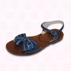 Hübsche blaue Sandaletten mit großer Schleife auf dem Fussspann, Naturleder Ledersohle. Alle handgefertigt in Italien.  95,48 €