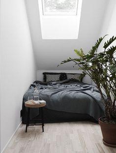 A gorgeous and serene Nordic apartment / Hermoso departamento escandinavo en blanco y negro // casahaus.net