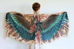 Роза Хамитова, модельер из Казахстана, вдохновившись красотой птиц, создала серию ну просто фантастических шарфов. Если надеть такой шарф как шаль, создается впечатление, что за спиной выросли настоящие крылья.