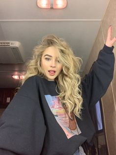 Image about hair in sabrina carpenter by – on We Heart It image discovered by -.) Your own images and videos in We Heart It Pretty People, Beautiful People, Sabrina Carpenter Style, Sabrina Carpenter Snapchat, Costume Noir, About Hair, Beautiful Celebrities, Pretty Face, Cute Hairstyles