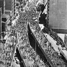 Multidão de gente no elevado, em 1975