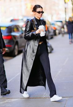 Kendall Jenner Outfits, Kendalll Jenner, Mode Outfits, Fashion Outfits, Long Leather Coat, Black Leather, Leather Trench Coat Woman, Looks Dark, Trench Coat Outfit
