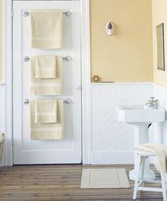 Se você tem pouco espaço no banheiro e muitos moradores na casa, uma ótima ideia é colocar as toalhas atrás da porta.
