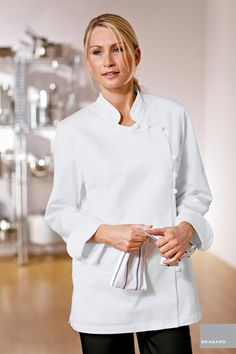 DORIANE CHAQUETA COCINA MUJER BLANCO Chaquetilla de cocina señora, botones trenzados, doble bolsillo en costado derecho, fuelle Trasero, ventilación en axilas, modelo registrado Largo 76cm Algodón peinado Blanco