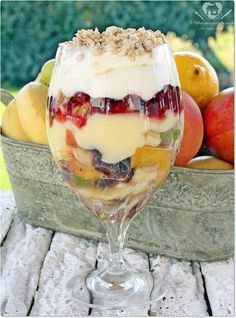 The dessert fruit salad with vanilla ice cream, whipped cream and granola are the super refreshments for a hot day. Granola, Muesli, Delicious Desserts, Yummy Food, Portuguese Recipes, Mousse, Love Food, Sweet Recipes, Panna Cotta