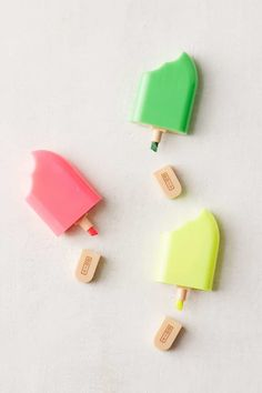 Popsicle Mini Highlighter Marker Set, Fun for back to school (Diy School Supplies) Cool School Supplies, College School Supplies, Office Supplies, Desk Supplies, Diy École, School Suplies, Cute Pens, Cute Office, Kawaii Stationery