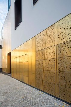 new interpretation of brass in Kortrijk TECU® Brass_bond for the renovation of the historic 'De Patria' building Architects Adins-Van Looveren Architecten Metal Facade, Metal Cladding, Metal Panels, Metal Buildings, Modern Buildings, Building Skin, Building Facade, Perforated Metal, Architectural Features