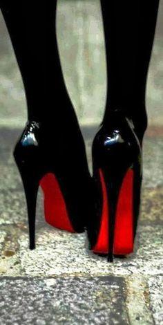 ハイヒールも、底が高いと より大人の女性らしく見える。 靴底の色も赤系で、引きつけられる。