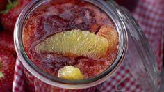 Eine wunderbare Kombination aus süß und herb: Erdbeer-Orangen-Marmelade mit Orangenlikör | http://eatsmarter.de/rezepte/erdbeer-orangen-marmelade