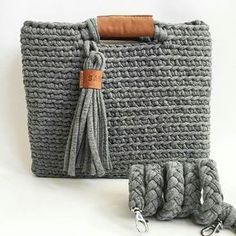 ― Vanessa Eduardoさん( 「Combinação linda de fio de malha com couro😍😲 👉 Crochet Clutch, Crochet Handbags, Crochet Purses, Crochet Bags, Crochet Diy, Love Crochet, Knitting Patterns, Crochet Patterns, Yarn Bag