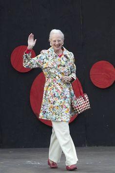 Dronning Margrethe dukkede op til FDF's landslejr i en sommer-frisk, blomstret jakke. Men majestæten har aldrig lagt skjul på, at hun elsker tøj med blomster og print. Denmark Royal Family, Danish Royal Family, Crown Princess Mary, Princess Diana, Kingdom Of Denmark, Royal Family Trees, Queen Margrethe Ii, Danish Royalty, Queen Pictures