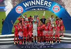 News Photo : Manuel Neuer, captain of FC Bayern Munich lifts... Fc Bayern Munich, Psg, Mario Gomez, Fifa, Robert Lewandowski, Paris Saint, Uefa Champions League, Saint Germain, Football Match