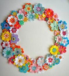 couronne de petites fleurs en papier multicolores, idée activité manuelle printemps, decoration mur habitation