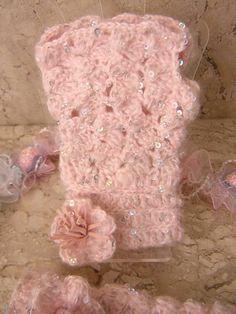 Luvinhas  em  croche  em lã  com  lantejoulas  na cor   rosa  bebê  e  detalhe  de  florzinhas  nos  punhos  e  miolo   em  courinho  no  mesmo  tom. Tamanho 6 a  8  anos.  Pode  ser  confeccionada também   em  lã   sem   lantejoulas  em  qualquer  cor. R$ 40,00