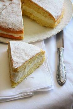 Opravdu dortík jak z ráje, sladké bílé pokušení. Nadýchaný, jemné chuti s jemným krémem, pocukrovaný moučkovým cukrem. Nejlépe chutná dobř...
