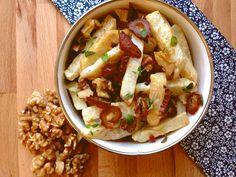 Knoldselleri smager dejlig sødt og nøddeagtigt efter en tur i ovnen. Knoldselleri er en grov grøntsag, som er i sæson nu. Roden er supersund og fyldt med fibre. Server denne salat til et stykke kød…