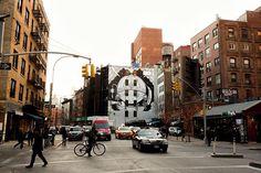 A @Gucci acaba de inaugurar um mural de grafite de 232 metros quadrados em Nova York feito em parceria com a Colossal Media líder de publicidade em outdoor pintado à mão. A primeira artista convidada para ilustrar o espaço foi a californiana @mrsjaydefish - outras colaborações serão lançadas em breve. Quer ver de perto? É só passar pela Lafayette St. entre Prince St. e Spring St (@via @maridipilla)  via MARIE CLAIRE BRASIL MAGAZINE OFFICIAL INSTAGRAM - Celebrity  Fashion  Haute Couture…