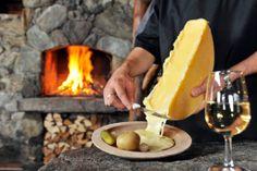 La raclette est le nom d'un fromage qu'on  fait fonder sur les pommes de terre, les cornichons, les petits onions, le jambon....