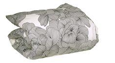 CAMELIA Housses de couette Motifs Tissus - Habitat. Une parure de lit avec une housse de couette 240 x 220 cm et ses 2 taies d'oreillers 65 x 65 cm. Des fleurs de camélia imprimées avec soin. Un design chic et sophistiqué. Une création Claire Leina, designer graphique et textile, pour le studio Habitat.