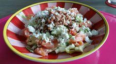 Heerlijk salade. Met avocado, appel, sla, cherry tomaatjes, zalm, garnalen, geitenkaas en mayo dressing met citroen