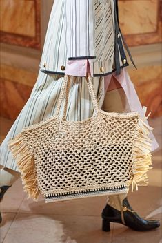 The complete Altuzarra Spring 2020 Ready-to-Wear fashion show now on Vogue Runway. Fashion Show Themes, Singer Fashion, Diy Sac, Crochet Tote, Large Shoulder Bags, Knitting Accessories, Summer Bags, Knitted Bags, Crochet Fashion