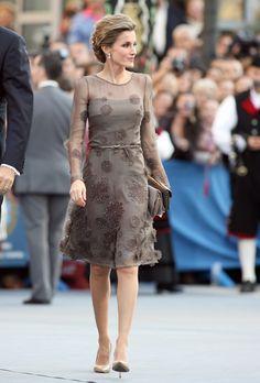 Princesse Letizia d'Espagne now Queen of Spain Royal Dresses, Day Dresses, Short Dresses, Spain Fashion, Look Fashion, Fashion Design, Elegant Dresses, Pretty Dresses, Beautiful Dresses