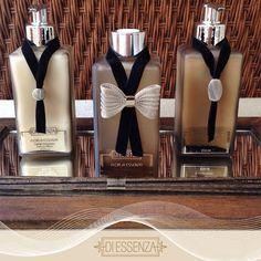 Kit Eleganza em bandeja de fundo espelhado Um toque de elegência para receber… Bottle Art, Bottle Crafts, Bottles And Jars, Perfume Bottles, Diy Artwork, Wedding Boxes, Bath And Body, Diffuser, Glass Art