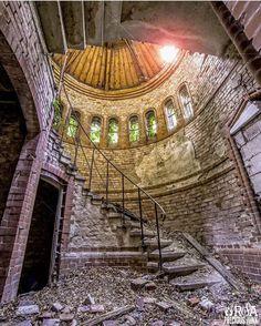 Abandoned Abandoned Property, Abandoned Castles, Abandoned Mansions, Abandoned Places, Beautiful Ruins, Beautiful Buildings, Old Buildings, Abandoned Buildings, Desert Places