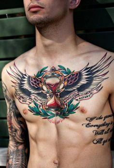 Chico con tatuaje de reloj de arena en el pecho