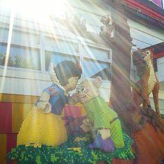 Escena de BLANCA NIEVES by Lego. DownTown Disney. #blancanieves #snowwhite #apple #disneyprincess #love #snowhite #princess #disney #princesa #kiss #onceuponatime #legoland #lego #los7enanitos #gay #downtowndisney #magickingdom #florida #waltdisneyworld #waltdisney #orlando #disneymagic #disneyworld #mickeymouse #orangecounty