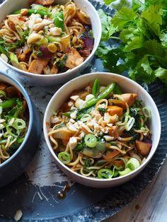 Spicy nudler med kylling og grønt - nok en oppskrift som går under kategorien lettvint middag og studentmat. Laksa, Asian Recipes, Ethnic Recipes, Wok, Japchae, Food To Make, Spicy, Curry, Food Porn