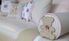 Cojines con aplicaciones de Osos, en tonos beige, café, rosa, blanco.