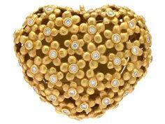 OLE LYNGGAARD, clasp, Hyldeblomst, heart, 18K gold, 40 brilliant cut diamonds 0,50 ctw according to engraving, approx TW/VS, design Charlotte Lynggaard 1999. Item no: 1217586 - Kaplans Auktioner