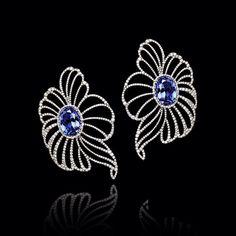Estos son unos hermosos #zarcillos en forma de flores, elaborados en oro de 18k con delicados pétalos en #diamantes y #zafiros azules…  #KohinorJoyas #PiezasKohinor #JoyeriaExclusiva #AltaJoyeria #Kohinor #Joyas #Joyeria #Arte