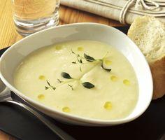 Med en subtil tryffelsmak blir denna blomkålssoppa en utomordentligt lyxig måltid som passar både till vardag och fest! Mixa din kokta smarriga soppa slät och tillsätt sedan krämig ost och lite olja före du avnjuter den.