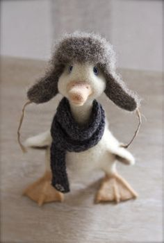 Adorable needle felted baby duck in hat and scarf Needle Felted Animals, Felt Animals, Needle Felting Tutorials, Felt Mouse, Felt Hearts, Wet Felting, Felt Dolls, Felt Ornaments, Fabric Crafts