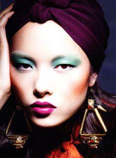 maquiagem com sombra verde e batom pink com contorno definido / oriental
