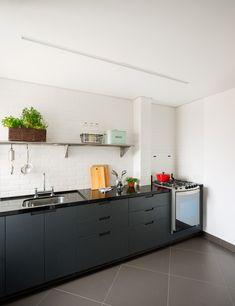 Uma cozinha simples e funcional, predominancia da cor cinza e branco. O piso é um porcelanato da portobello, bancada de granito preto e o armário é de mdf formica preto. Na parede o azulejo metro na cor branco. #cozinha #reformadeapartamento #escritoriode arquiteturasaopaulo #inaarquitetura