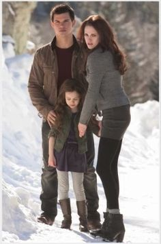 I absolutely LOVE how protective of Renesmee Bella looks in this scene❤️ #Twilight Saga
