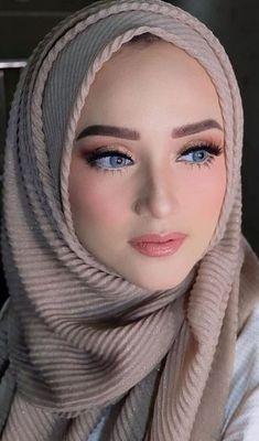 Traditional Fashion Beautiful Muslim Women, Beautiful Hijab, Gorgeous Women, Mode Abaya, Mode Hijab, Hijabi Girl, Girl Hijab, Most Beautiful Faces, Beautiful Eyes