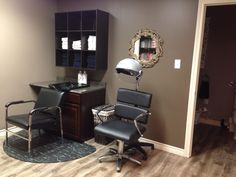 Salon setup along solid wall Shampoo+waxing with station to the right with a Huge mirror