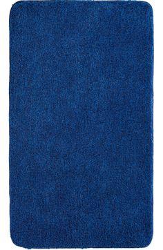 Der flauschige Badteppich Lex in königsblau hat eine Florhöhe von 32 mm und ist aus Polyacryl ultrasoft. Der Teppich ist waschbar bei 40°C und geeignet für Fußbodenheizung. Die Rückseite ist rutschhemmend beschichtet