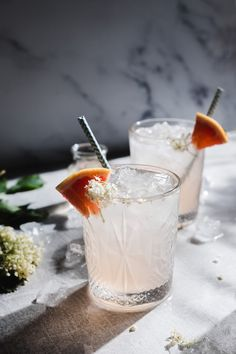 Relaxing in the summer heat with a cold grapefruit-elderflower mocktail can be one of the great pleasures in life. Flowery and citrusy - the best kind! Ginger Cocktails, Easy Cocktails, Punch Recipes, Alcohol Recipes, Cordial Recipe, Elderflower Cordial, Ice Bars, Non Alcoholic, Refreshing Drinks